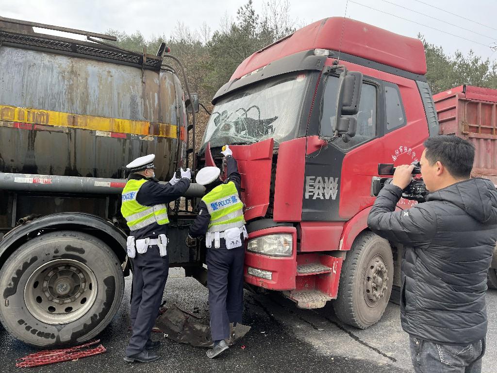 河南省交警总队、陕西省交警总队联合在西峡县西坪开展应急演练活动
