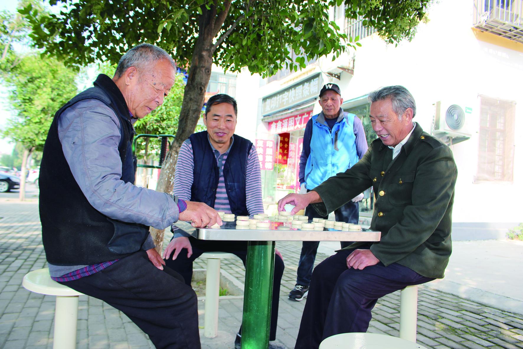 菊花社区居民在下象棋.jpg