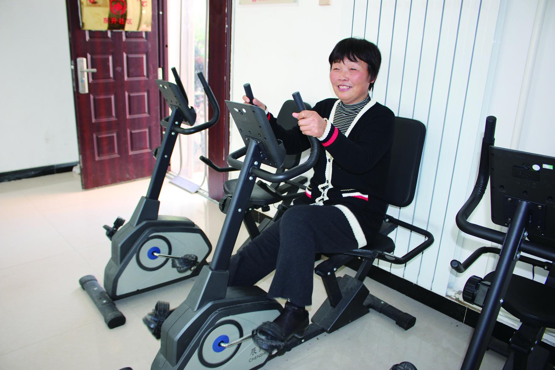 东升社区老年人日间照料中心,居民正在骑车健身。.jpg