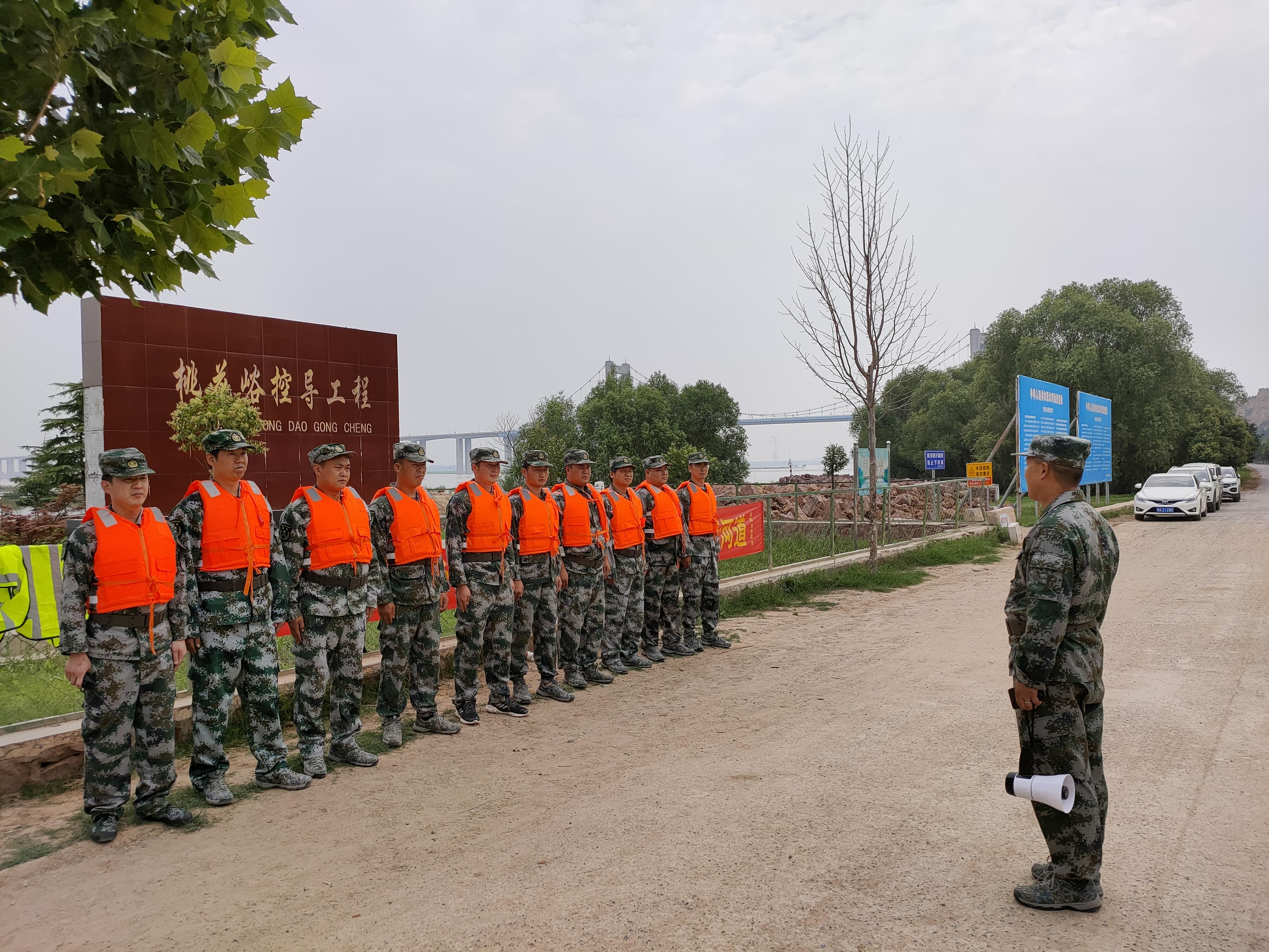 对黄河堤坝进行巡逻、执勤.jpg